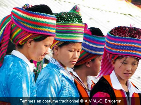 Femmes en costume traditionnel A.V./A.-G. Brugeron