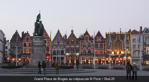 Grand Place de Bruges au crépuscule Flickr / Rod-20