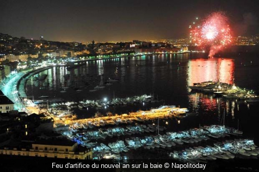 Feu d'artifice du nouvel an sur la baie Napolitoday